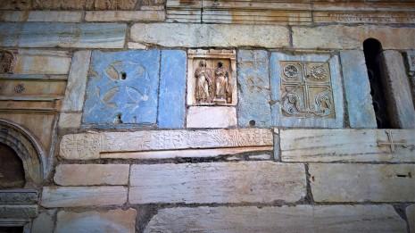 Επιτύμβια στήλη πάνω στο ναό