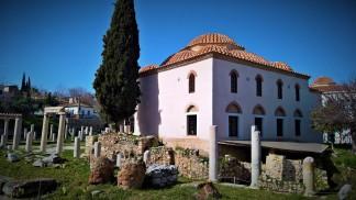 Τζαμί Φετιγιέ και μπροστά του βυζαντινή τοιχοποιία