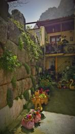 Τείχη μέσα από τα σπίτια του χωριού