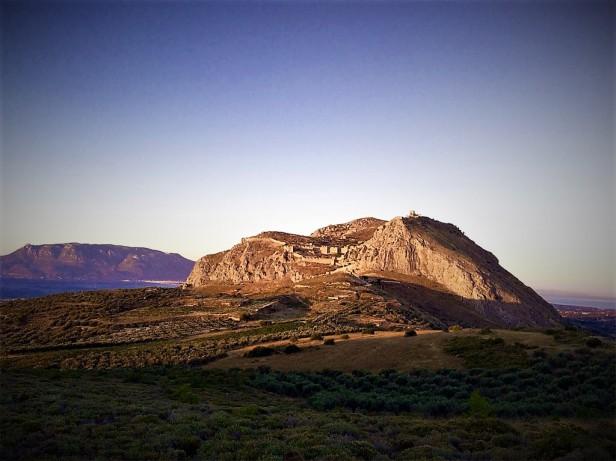 Η θέα του Ακροκορίνθου από το Πεντεσκούφι