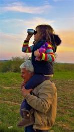 Ο κύριος Σταύρος μαθαίνει στα παιδιά να κοιτούν μακριά