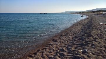 Η απέραντη παραλία της νοτιοανατολικής Ρόδου όπως φαίνεται από το Κιοτάρι